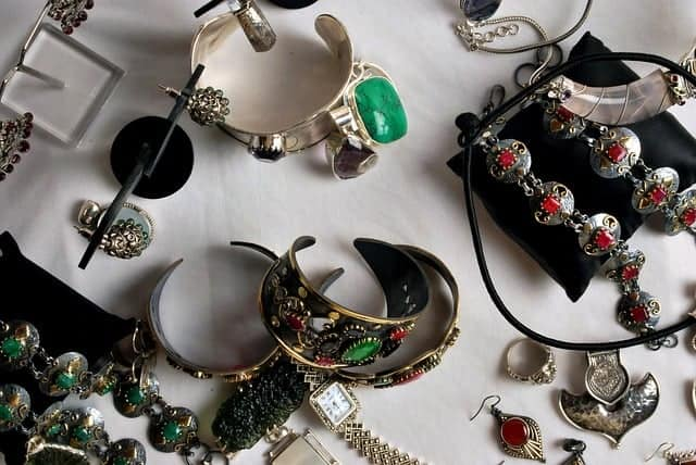 Bring in Estate Jewelry Scottsdale residents to sell or pawn